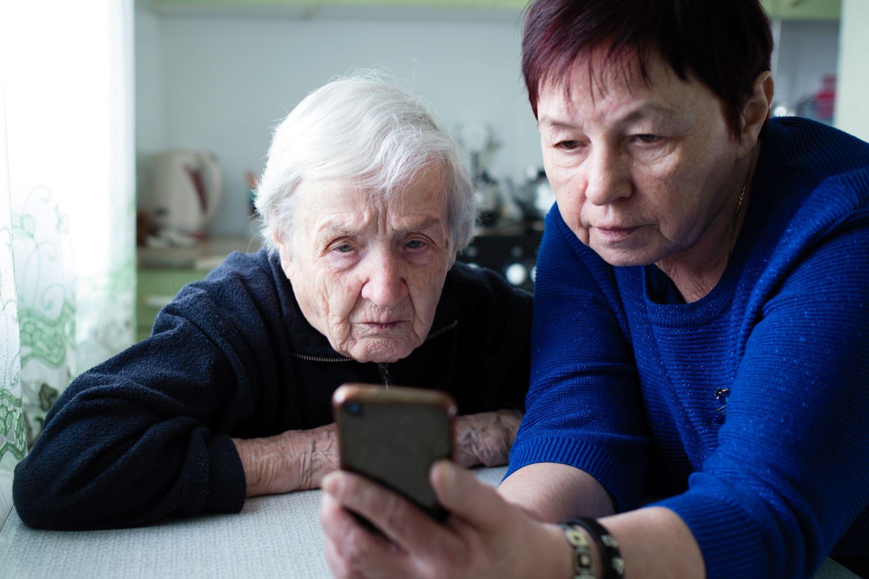 Unsere Kollegen der sozialen Betreuung unterstützen die Bewohnerinnen und Bewohner bei der Kontaktaufnahme über Skype. Rufen Sie die diensthabende Betreuungskraft im Zeitfenster von 14.00 - 14.30 Uhr unter Tel. 05766 - 82 - 156 an und vereinbaren Sie einen Skype-Termin. Skype-Termine sind täglich zwischen 15.00 - 17.00 Uhr möglich. Unsere Bewohnerinnen und Bewohner freuen sich auf Ihre Anrufe!